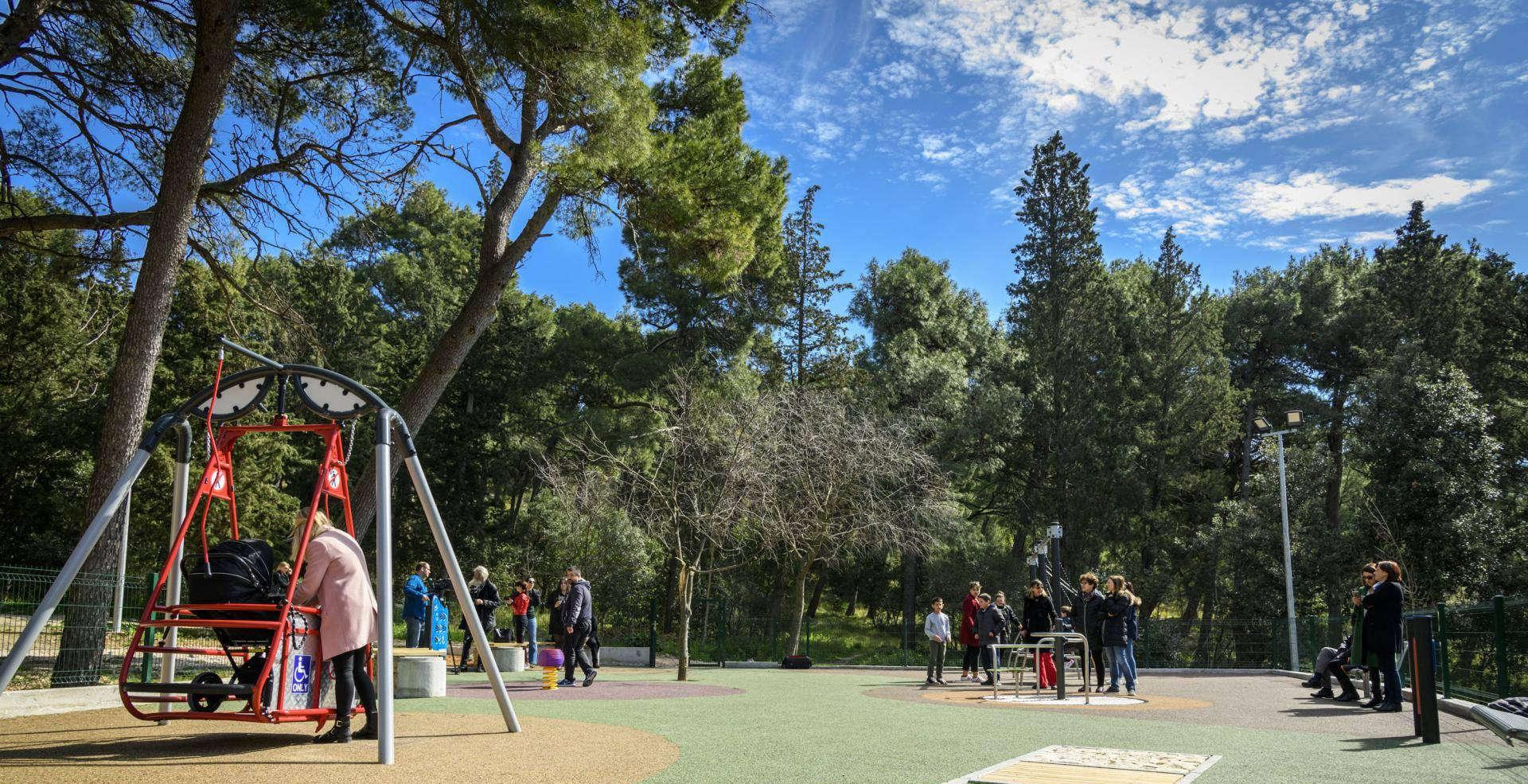 Grad Šibenik je u park šumi Šubićevac završio radove na izgradnji novog dječjeg igrališta prilagođenog za djecu s posebnim potrebama