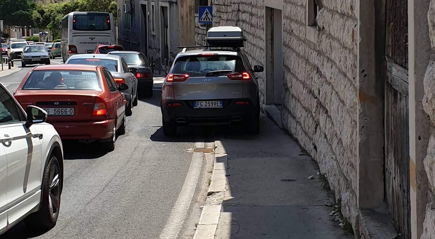 Opasan parking koji rutinski ometa pješake i narušava prometnu sigurnost