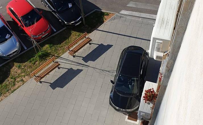 Sraz građana oko parkinga po nogostupu