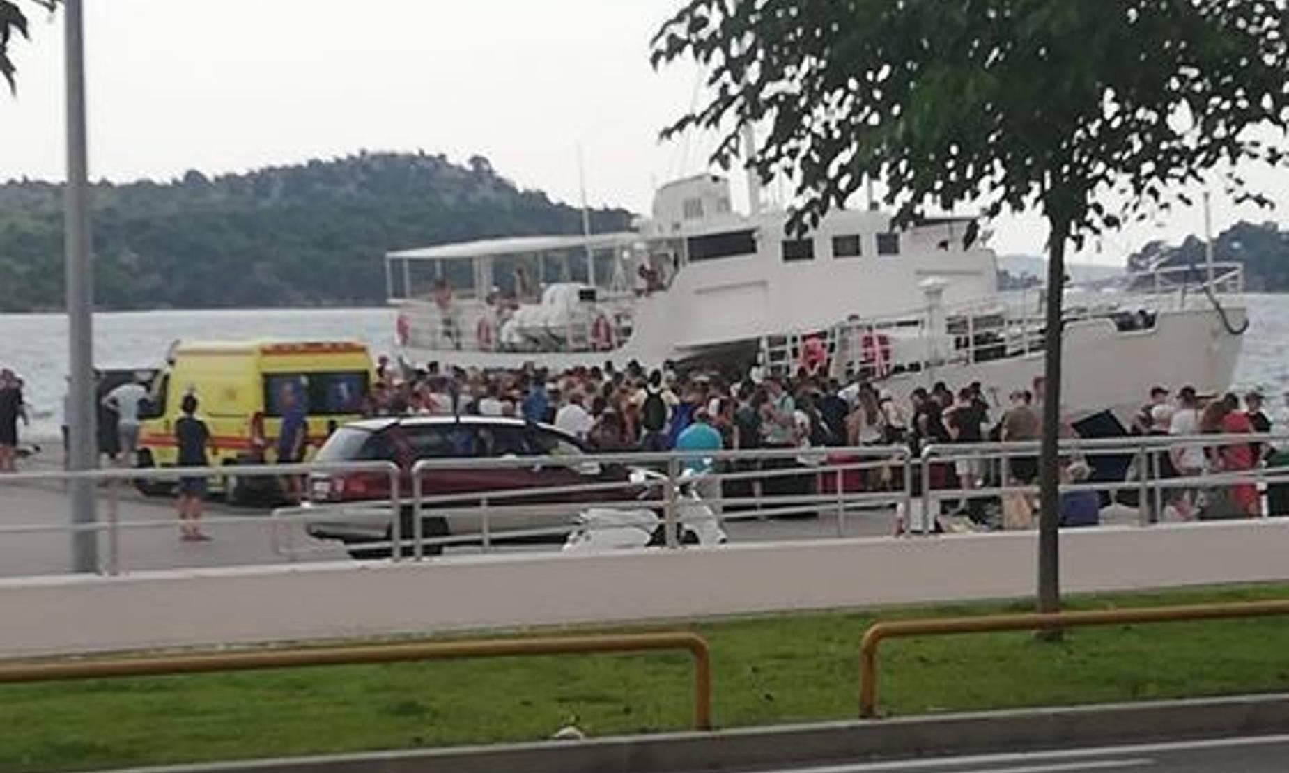 Zašto trajektna luka nema nikakvo mjesto gdje se može sjesti i pričekati brod?